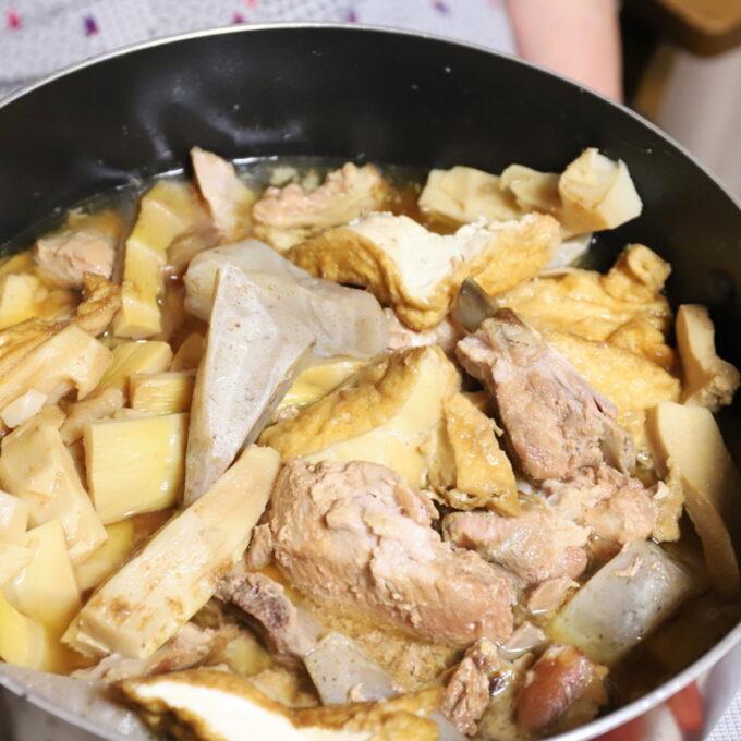 こんにゃくや厚揚げ、タケノコ、骨付き豚肉を煮たおでん風煮物