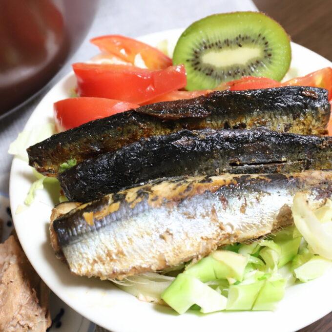 サラダに焼き魚とキウイを乗せた晩ごはんのワンプレート