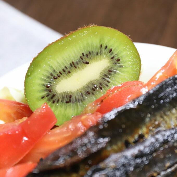 サラダの横に添えられた半分に切ったキウイ