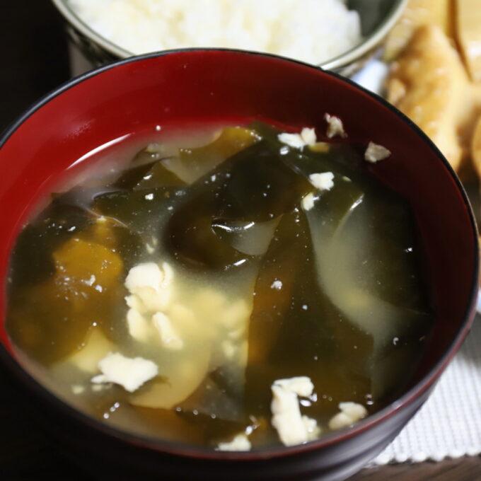 お椀に入れた豆腐とワカメの味噌汁