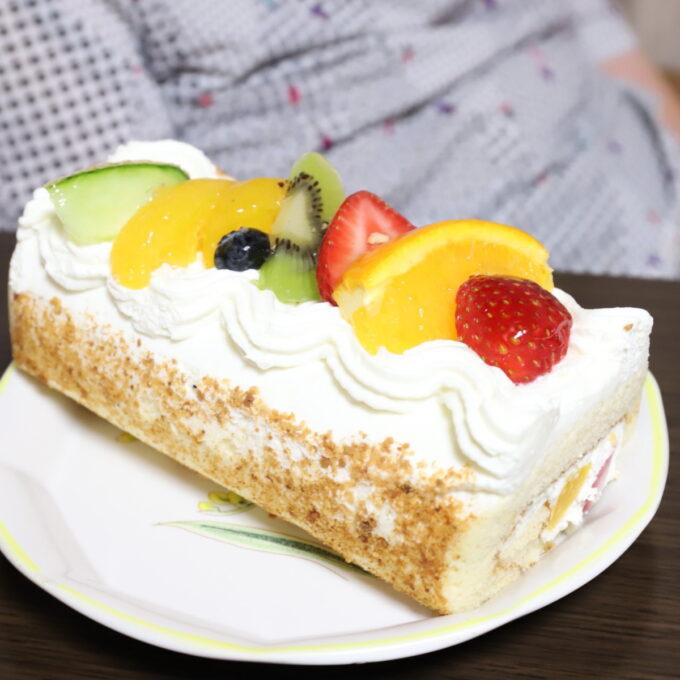 敬老の日にプレゼントしたフルーツのロールケーキ