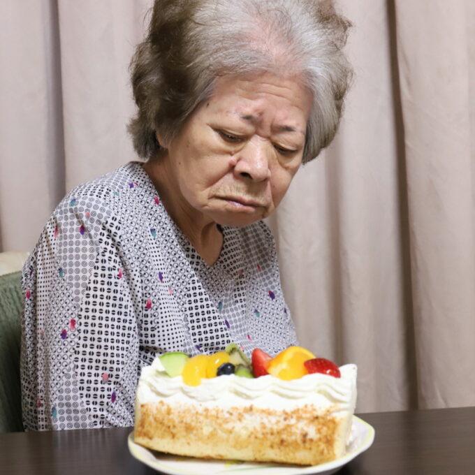 ロールケーキを見る祖母