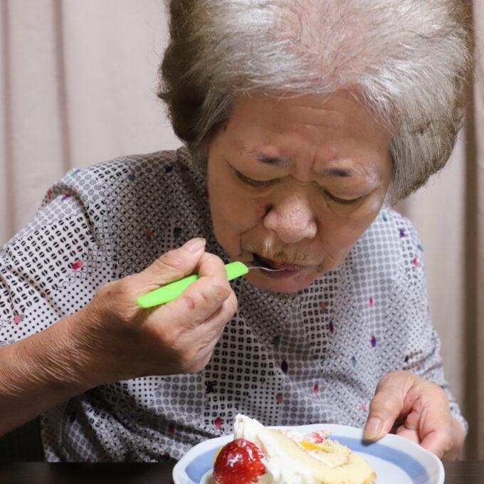 敬老の日にプレゼントしたケーキを食べる祖母