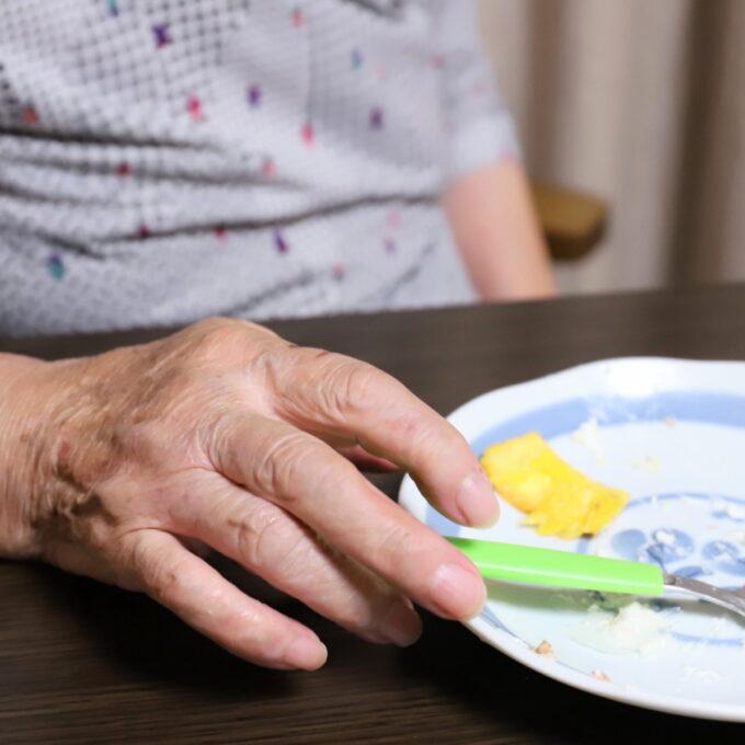ケーキを食べ終えた後の祖母の手