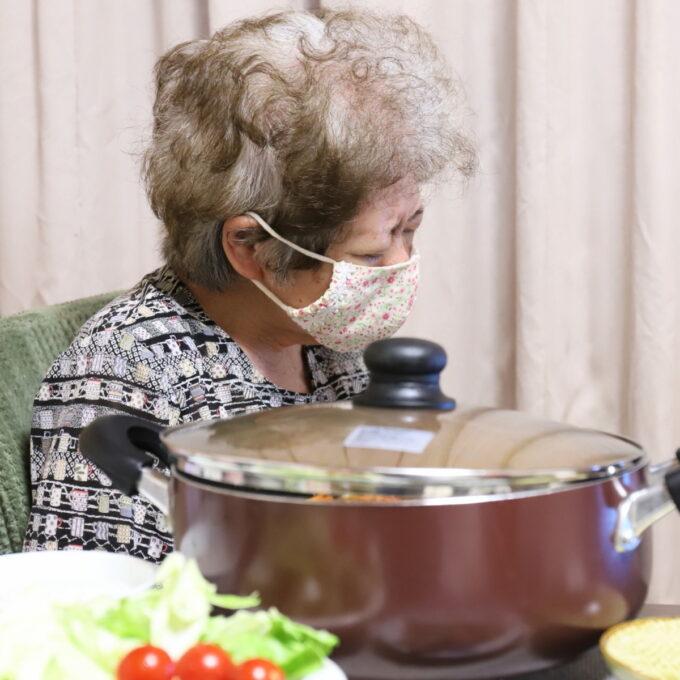 食卓に着いて居眠りしている祖母