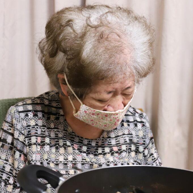 イスに座ったままマスクをして居眠りしている祖母・おばあ