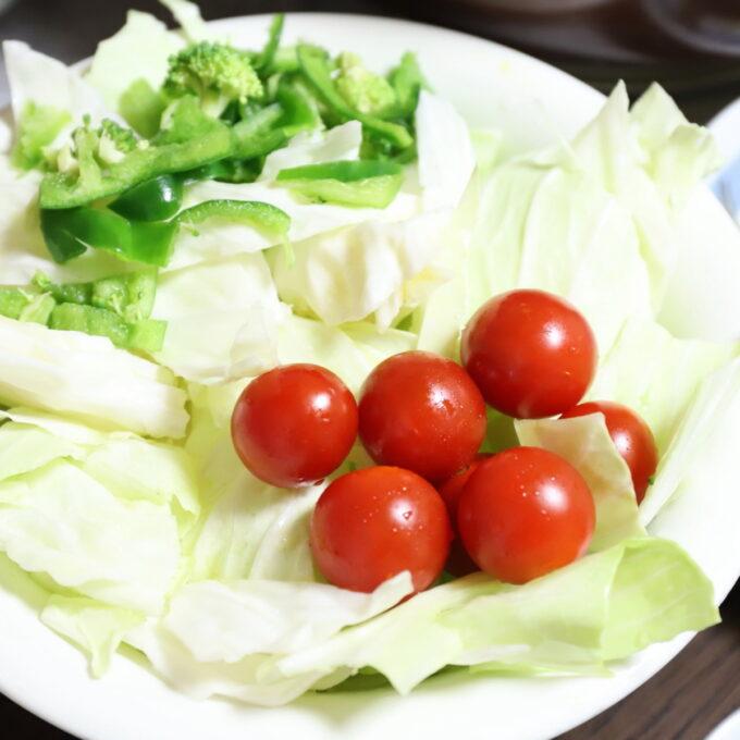 祖母・おばあが作るミニトマトやキャベツの野菜サラダ