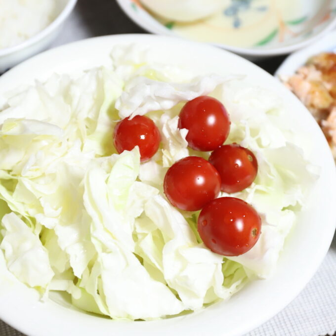 皿に盛りつけたキャベツとミニトマトのサラダ