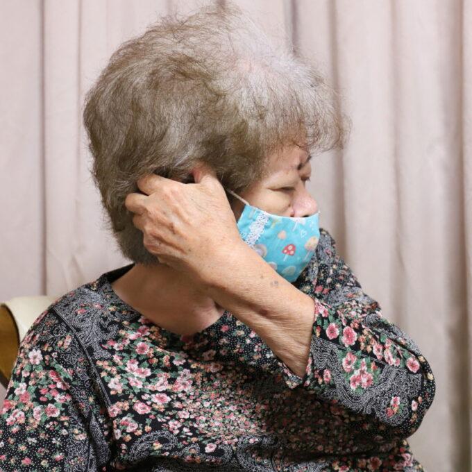 手づくりマスクを着ける祖母(おばあ)