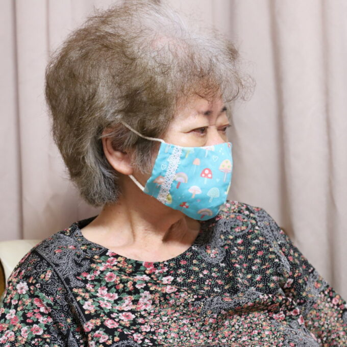 手作りマスクを着けた祖母・おばあ