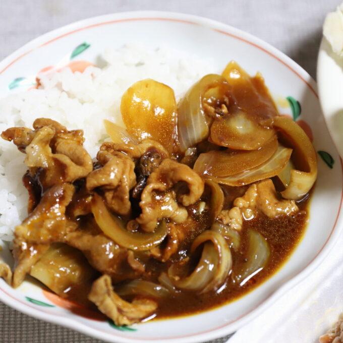 祖母・おばあが作った豚肉と玉ねぎが大量に入ったカレーに見えるハヤシライス