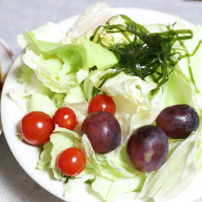 トマトやブドウ、刻み昆布が乗った野菜サラダ