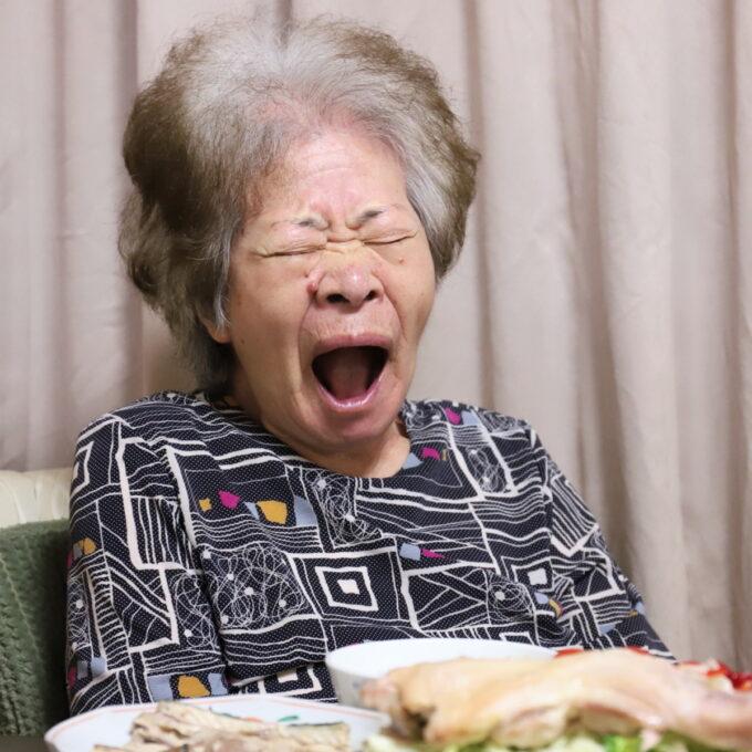 あくびをしている祖母(おばあ)