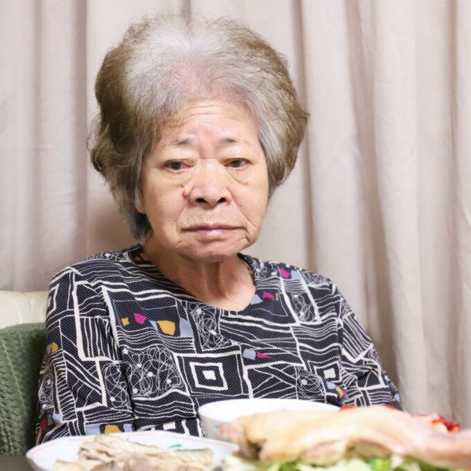 食卓に着いている祖母・おばあ